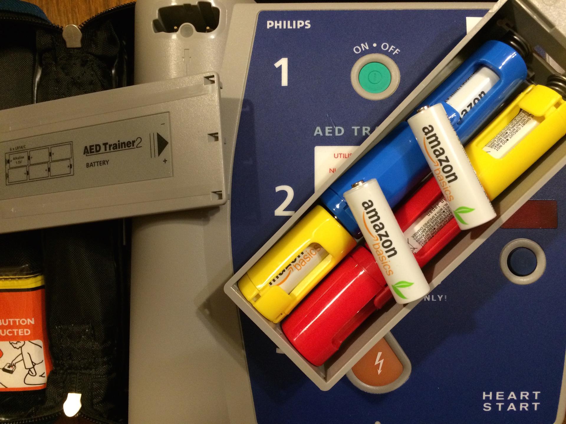 AED練習機にスペーサーをかませた充電式単3電池を使う