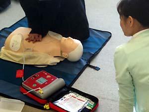 中学校での心肺蘇生法AED講習のひとコマ