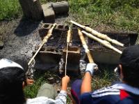 森のサバイバル実験室:焚き火でパンを焼く