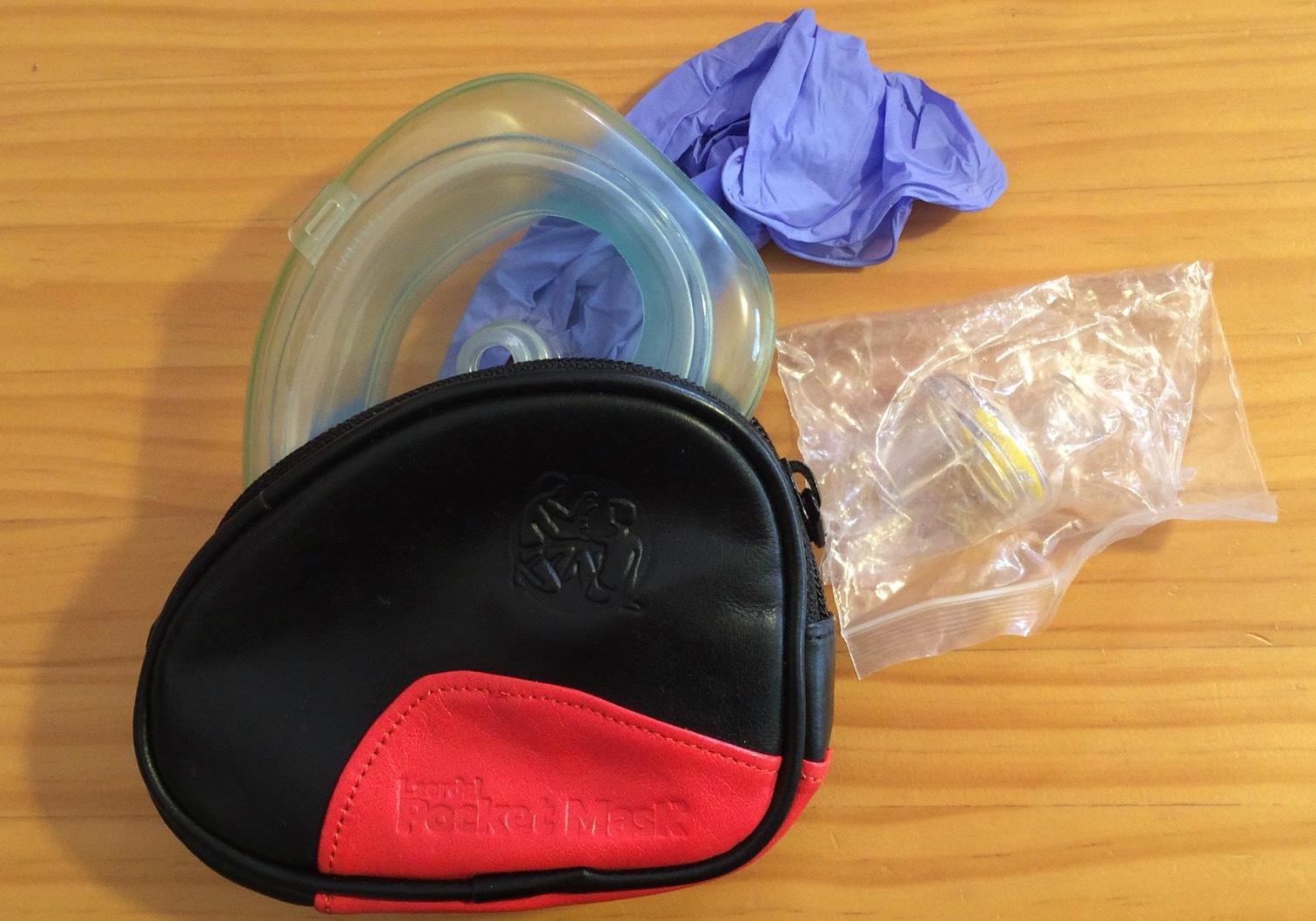 人工呼吸要ポケットマスクと感染防護手袋(グローブ)