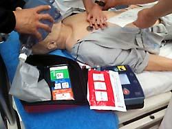 AEDの指示に反して充電中に胸骨圧迫すると危険