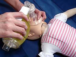乳児マネキンとバッグバルブマスクを使った人工呼吸トレーニング