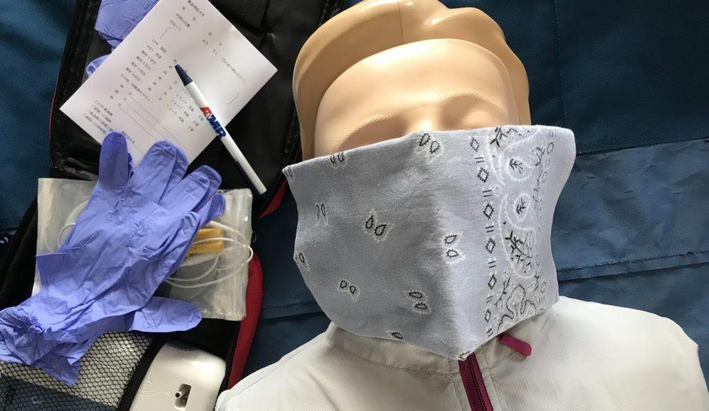 胸骨圧迫を始める前に傷病者の口と鼻をハンカチでカバーする:新型コロナウイルス感染対策の心肺蘇生法BLS/CPR